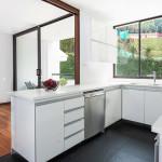 Cocina en Mondrian apartamentos de Crear Cimientos en Medellin